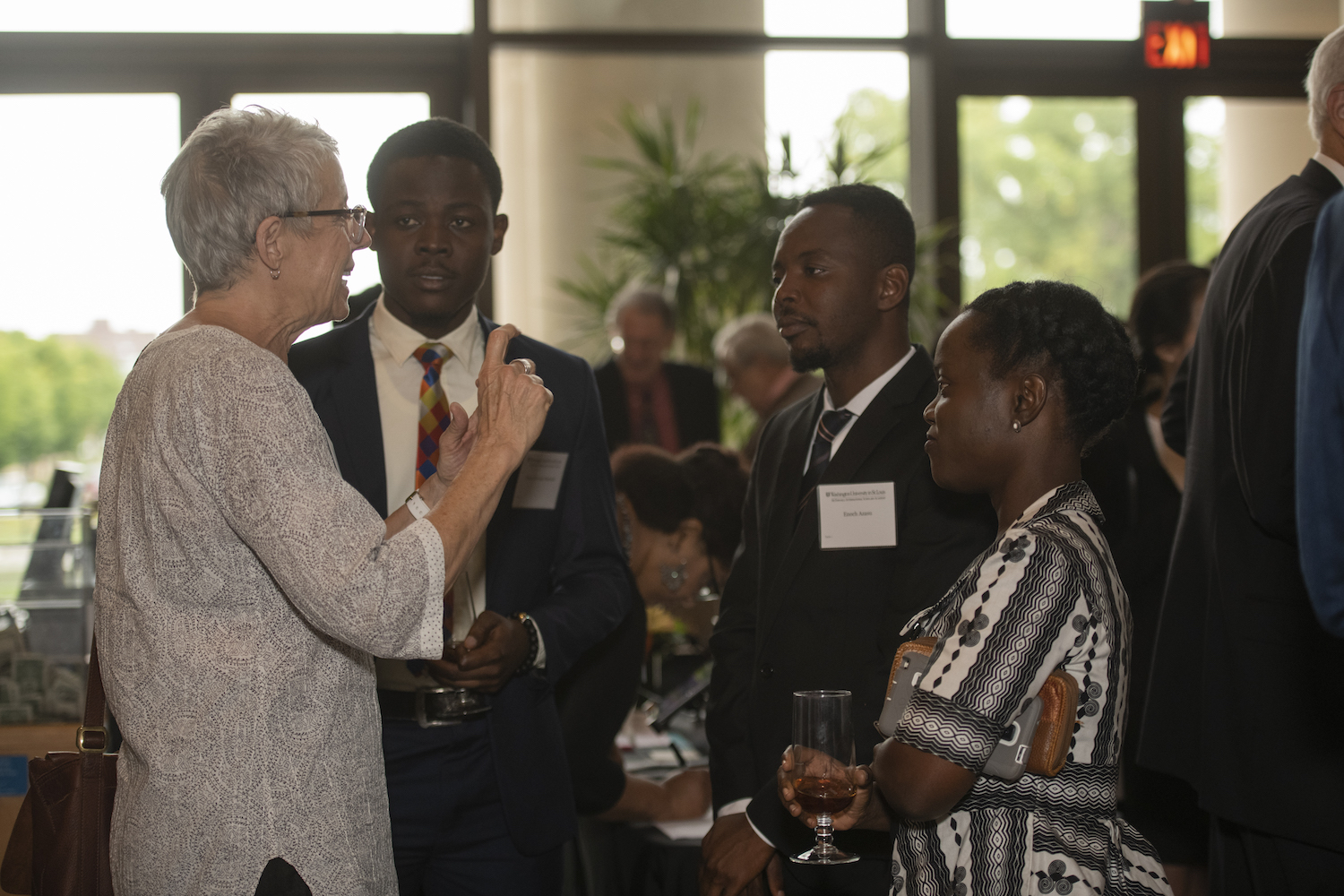 Jean Allman (l), McDonnell Ambassador to University of Ghana during Welcome Dinner for McDonnell Scholars.